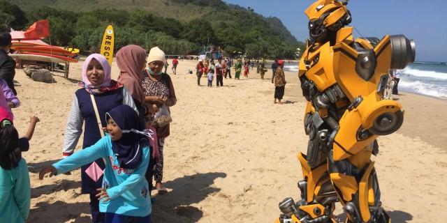 Ada Robot Mirip Bumblebee Di Pantai Pulau Merah Banyuwangi