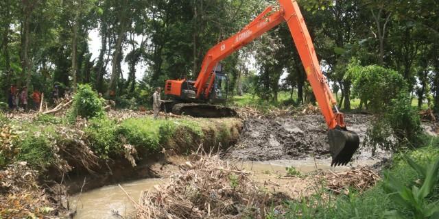 PT BSI Bersama Warga Normalisasi Sungai Gonggo Untuk Tanggulangi Banjir