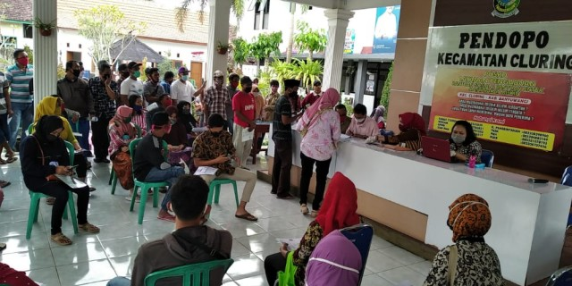 Ratusan Warga Banyak Tak Pakai Masker Di Halaman Kantor Kecamatan Cluring; Pembagian Bantuan
