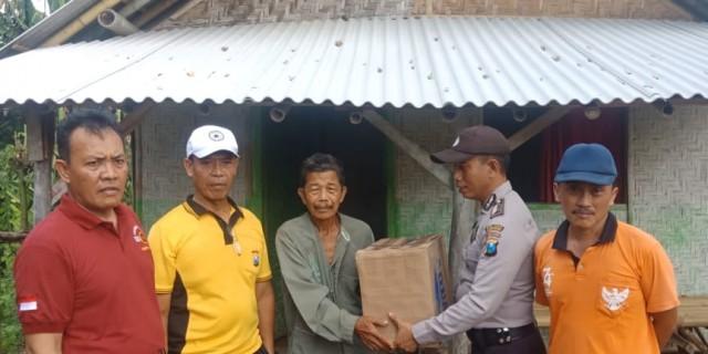 Jumat Berkah, Jajaran Polsek Cluring Beri Bantuan Paket Sembako Pada Kaum Dhuafa
