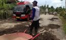 Warga Dusun Sido Agung Sukarela Memperbaiki Jalan Rusak