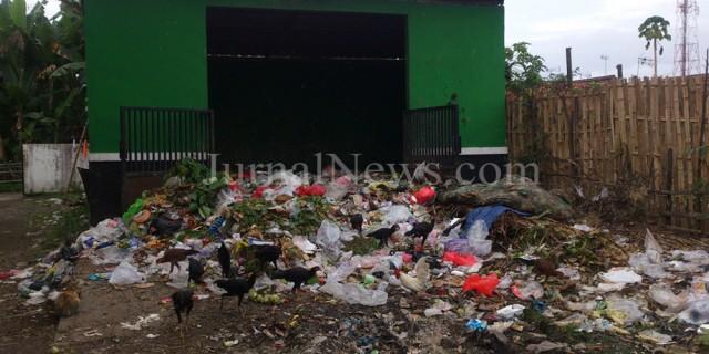 Warga Benculuk Protes Penempatan Tempat Sampah di Depan Musala